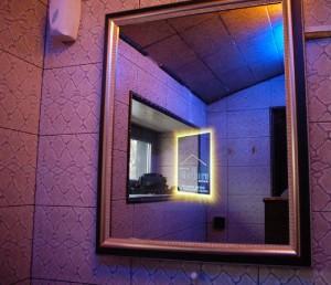 рекламное зеркало в коридоре