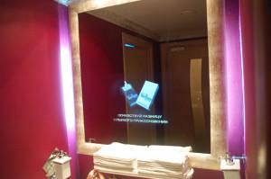 реклама на зеркале в туалете